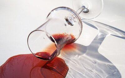 ¿Sabes cómo eliminar las manchas de vino tinto?
